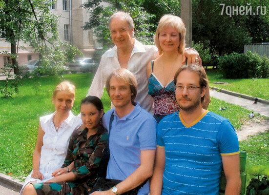 Вся семья празднует мой день рождения. Мы с Аллой стоим, а сидят (слева направо) наша дочь София, Святослав с женой Людмилой и Ярослав, 19 августа 2007 года
