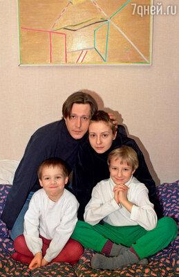 Ефремов и Добровольская с их общим сыном Николаем (слева) и сыном Евгении от первого брака Степаном. 2001 год