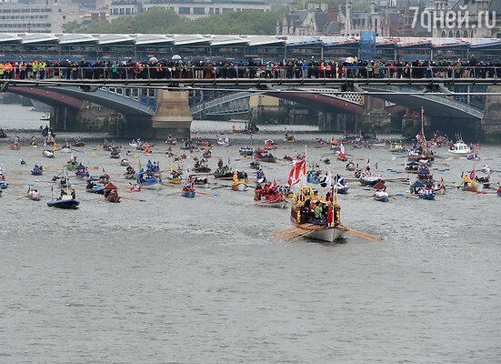 По Темзе прошла торжественная флотилия из тысячи лодок и судов — водная «делегация» отправилась из района Челси и завершила плавание за Тауэрским мостом