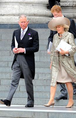 Cын королевы принц Чарльз с супругой Камиллой и сыном принцем Гарри