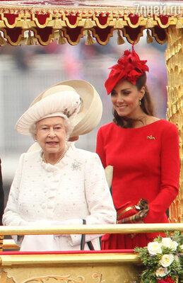 Королева Елизавета II и герцогиня Кембриджская Кэтрин