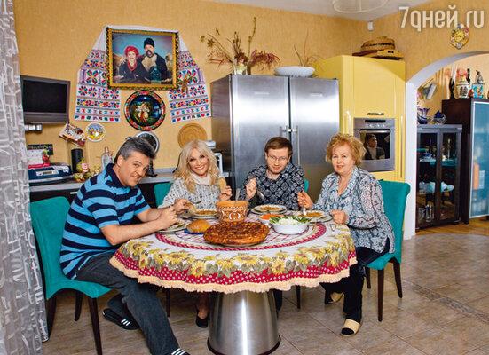 Певица в кругу семьи: с мужем Игорем Лихутой, сыном Денисом и мамой