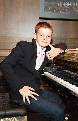 Арсений не только исполнил сложнейшее классическое произведение, но и подыграл Баскову, когда тот запел «Шарманку»