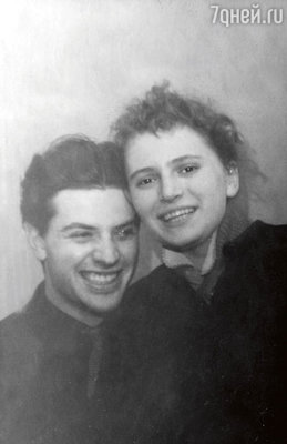 Александр Ширвиндт с будущей женой Наталией Белоусовой. 1952 г.