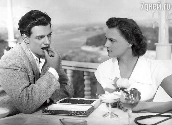 «Весь гонорар за этот первый фильм ушел на покупку старенькой «Победы». Так я стал автомобилистом и развозил нашу пьяную актерскую элиту по домам из ресторанов». Александр Ширвиндт и Инна Кмит в фильме «Она вас любит», 1956 г.