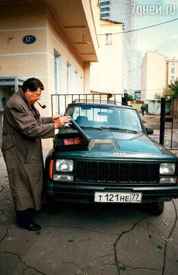 «Сейчас у меня джип, но мечтаю о «ГАЗ-69» — обожаю эту машину. Скоро, похоже, закроется железный занавес, и мы будем ездить на отечественных автомобилях, как на Кубе. И мне уже не будет стыдно, я буду смотреться на любимой машине органично». 90-е гг.