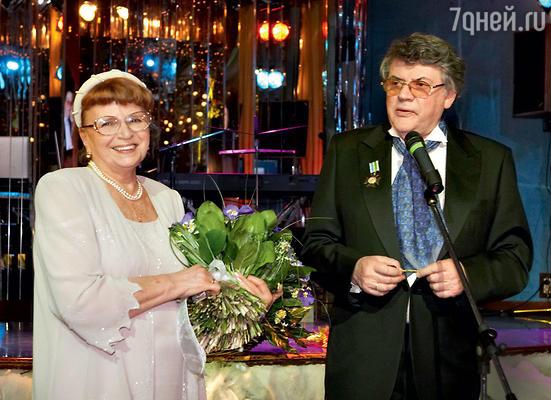 «В Омске есть театр, построенный женой, — мощная штука! Главное, там в гримерных впервые установили душевые. Потому что у Наталии муж — артист, и она знает, как пахнут артисты после спектакля». С женой Наталией на праздновании золотой свадьбы. 2007 г.