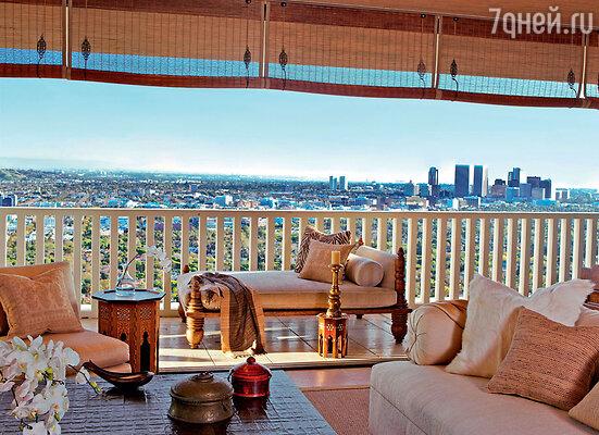 С террасы открывается умопомрачительный вид — квартира будто парит в небе над Лос-Анджелесом