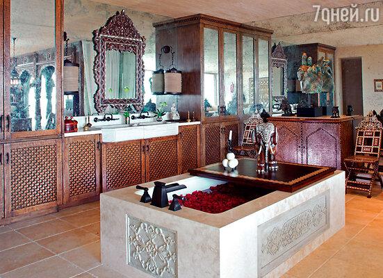 Размерами и уровнем комфорта ванная комната напоминает роскошный спа-салон
