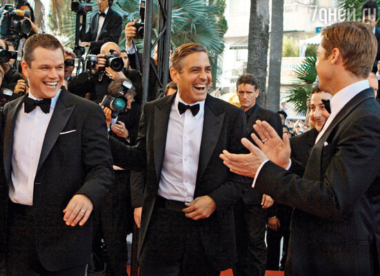 С Мэттом Дэймоном и Брэдом Питтом (справа) Клуни связывает нежная дружба