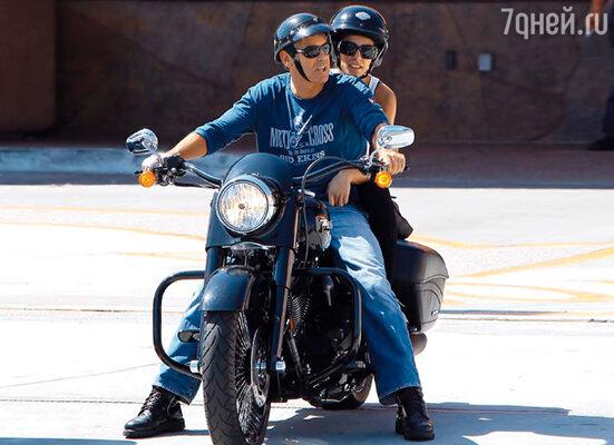 Подругу Джорджа, звезду итальянского MTV модель Элизабетту Каналис, пресса уже много раз «выдавала замуж» за актера. Но Клуни непреклонен: «На данном этапе я не вижу себя в качестве отца и мужа»