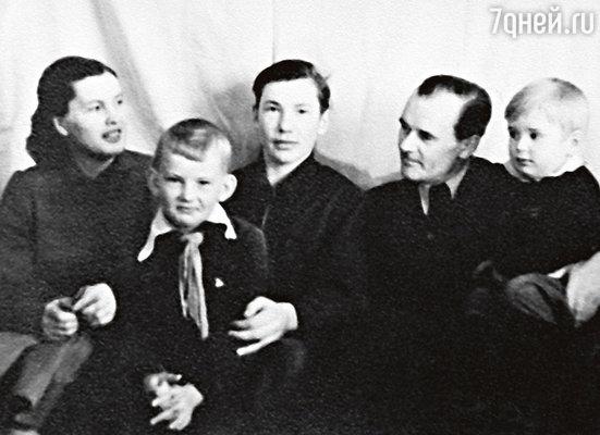 Саша Абдулов (крайний справа) с мамой Людмилой Александровной, братьями Володей иРобертом и отцом Гавриилом Даниловичем. 1956 г.