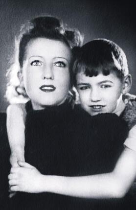Мамочка была весьма популярной особой — все-таки звезда немого кино. Боря и Анель