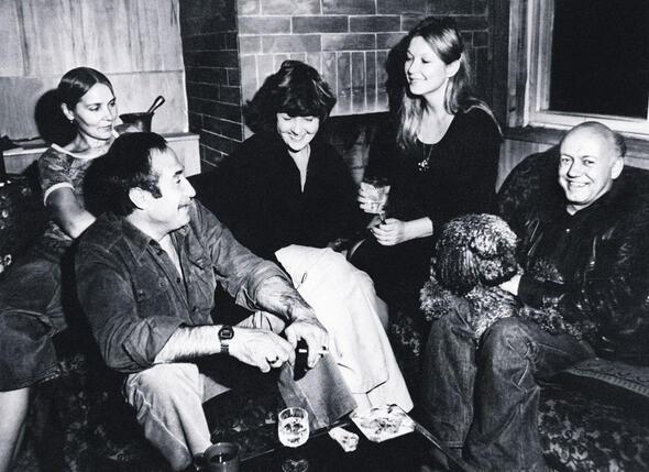 Мы очень подружились с Высоцким и Влади. Наши жизненные ситуации были похожи. Слева направо: А. Галич, Б. Ахмадулина, М. Влади и Б. Мессерер