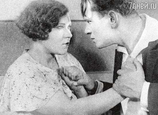 Клавдия Шульженко с мужем в фильме «Кто твой друг». 1934 г.