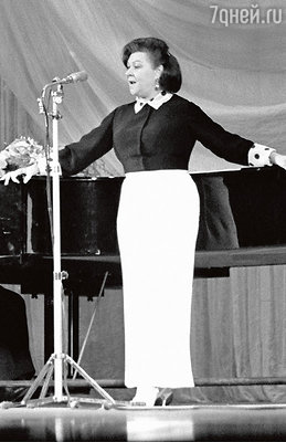 «Настоящего оперного голоса у мамы не было. Она пела скорее сердцем. И не про партию и комсомол, а про любовь. И ее сердце всегда оставалось горячим». Клавдия Шульженко. 1965 г.