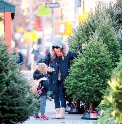 Сара Джессика Паркер и ее сын Джеймс Уилки на елочном базаре