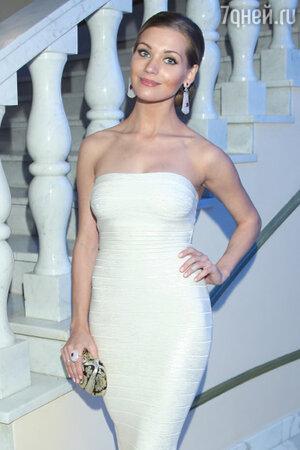 Кристина Асмус в платье от Herve Leger и сережками от J-Point