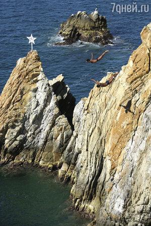 Клавадисты ныряют со скал Кебрады, Акапулько, Мексика