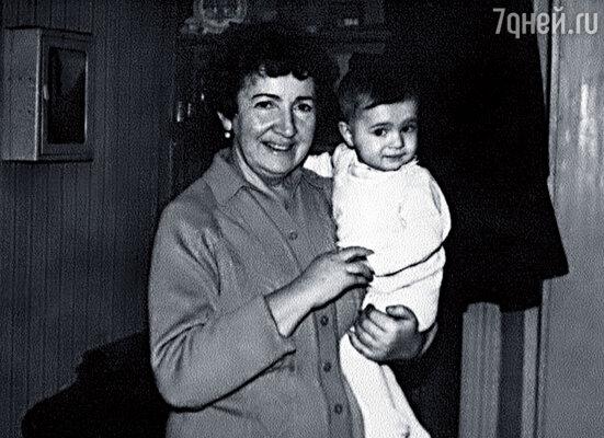 Я на руках у любимой бабушки Гали