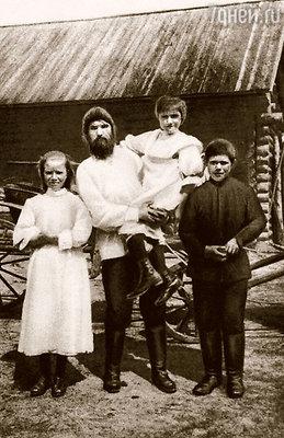 Распутин с дочками  Матреной и Варварой и сыном Митей