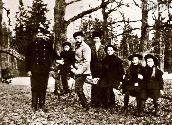 Николай II с дочерьми Татьяной, Марией, Анастасией и их няней, наследником престола Алексеем и его дядькой боцманом Андреем Деревенько