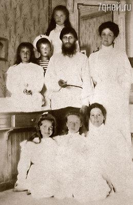 Григорий Ефимович с императрицей, царскими детьми и их гувернанткой. Царское Село, 1908 год