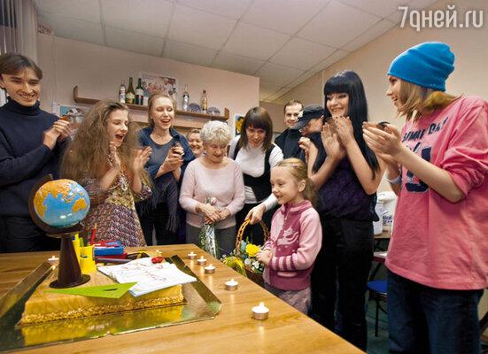 Катю Старшову поздравляют бабушка (в центре) и актеры сериала «Папины дочки»