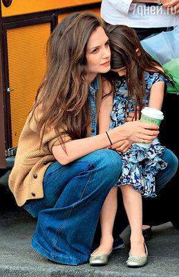 Кэти с дочкой в Нью-Йорке незадолго до принятия решения о разводе. 2012 г.