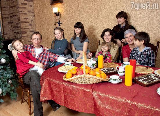 Иван Охлобыстин с детьми Иоанной, Варей, Дусей, Анфисой, Саввой, Васей, женой Оксаной и тещей Валентиной Степановной