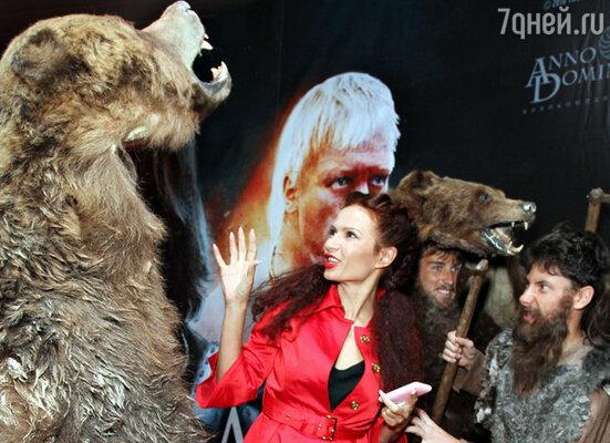 У самого входа в кинотеатр зрителей встречали молодцы, одетые в шкуры медведей, и волосатые «дикари» с дубинками и топорами. В центре - актриса Эвелина Блёданс