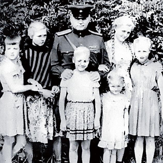 Ольга Науменко с отцом Николаем Илларионовичем и сестрами — Светой, Леной, Риммой, Любой и Наташей