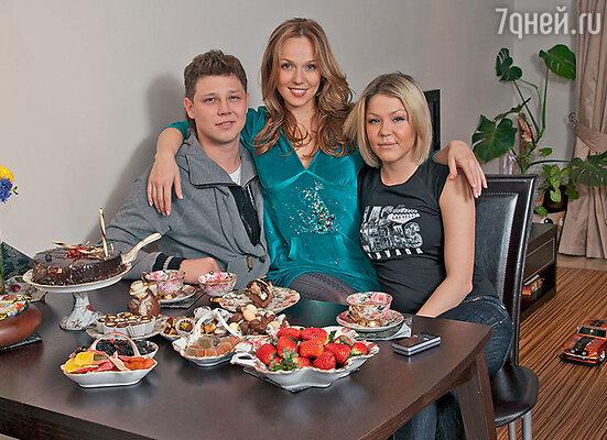 Альбина Джанабаева: «Родители мне внушили: раз я в семье старшая, значит, всю жизнь должна помогать брату исестренке. И я стараюсь». С братом Борисом и сестрой Екатриной в московской квартире. 2008 год