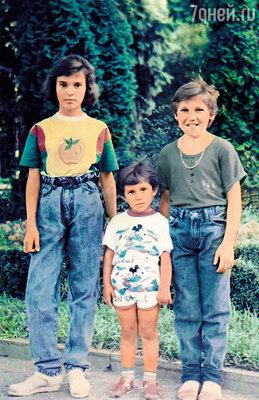 Сати (слева) с сестрами Марьяной и Светой. 1990-е годы