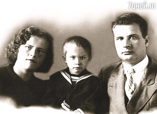 Мама каждый день подливала масла в огонь, отказываясь называть моего отца Иллариона иначе, как «дурнородный Талызин». Валя с родителями