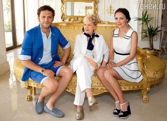 КонстантинКрюков сбабушкой ИринойСкобцевой и женой Алиной