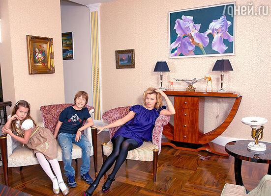 В этом таунхаусе Лада Дэнс с сыном Ильей идочерью Лизой живет уженесколько месяцев