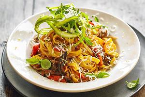 Тальятелле с печеными баклажанами и помидорами: рецепт от шеф-повара Джейми Оливера