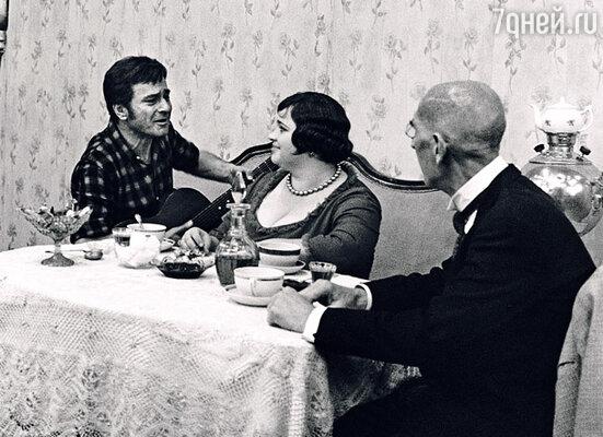 С Гомиашвили отношения у меня были сложными. Кадр из фильма «Двенадцать стульев». Справа Сергей Филиппов