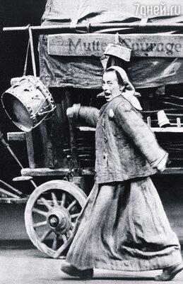 «Кавказский меловой круг» и «Мамаша Кураж и ее дети» прошли по всему миру, Брехт стал самым известным немецким драматургом, а Елена Вайгель — его примадонной