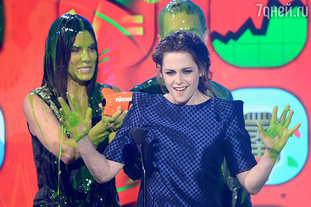 Кристен Стюарт  и Сандра Баллок на  церемонии вручения наград Kids Choice Awards