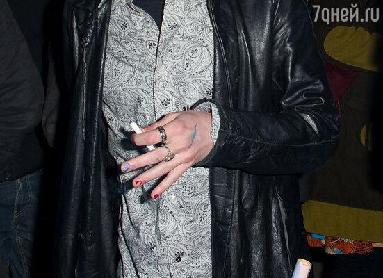 На следующий день многие издания распространили фото Маколея Калкина, размахивающего руками с накрашенными разноцветным лаком ногтями