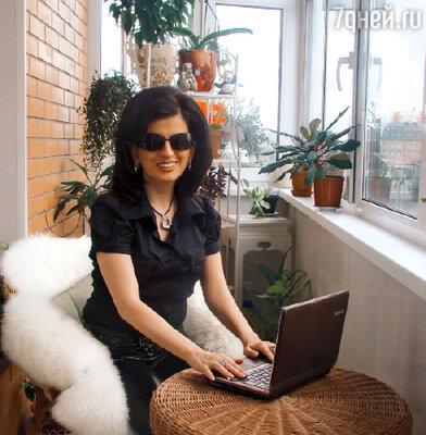 Диана Гурцкая у ноутбука