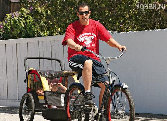 Адам Сэндлер рад поработать велорикшей для своих дочерей Сэди и Санни