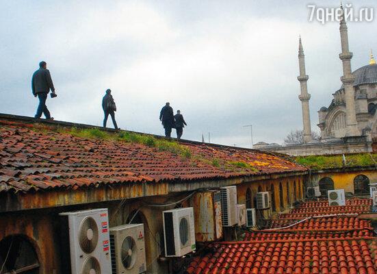 По запруженным торговцами и покупателями узким улочкам восточного базара пройти непросто, поэтому провожатые повели Бена к нужной лавке по крышам