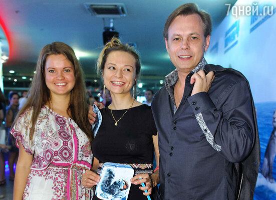 Владимир Левкин с женой (в центре) и дочерью