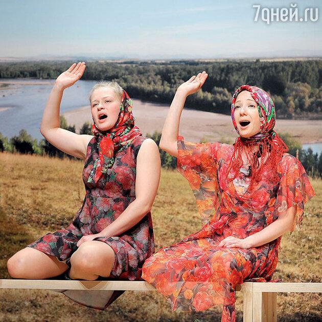 Юлия Пересильд с Чулпан Хаматовой в спектакле «Рассказы Шукшина»