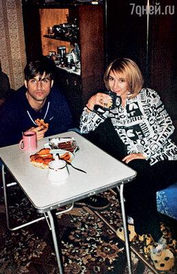 Во времена «Партийной зоны» мы с Отаром Кушанашвили часто бывали друг у друга в гостях. Или (как на этом снимке) закатывались попить чайку с домашним пирогом к его родне