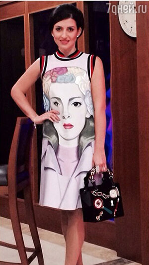 Жасмин в платье  Prada