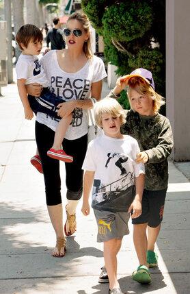 У Шарон Стоун три приемных сына. Младших — Куинна и Лэйрда — она усыновила одна, а старшего Роана — с бывшим мужем Филом Бронштейном